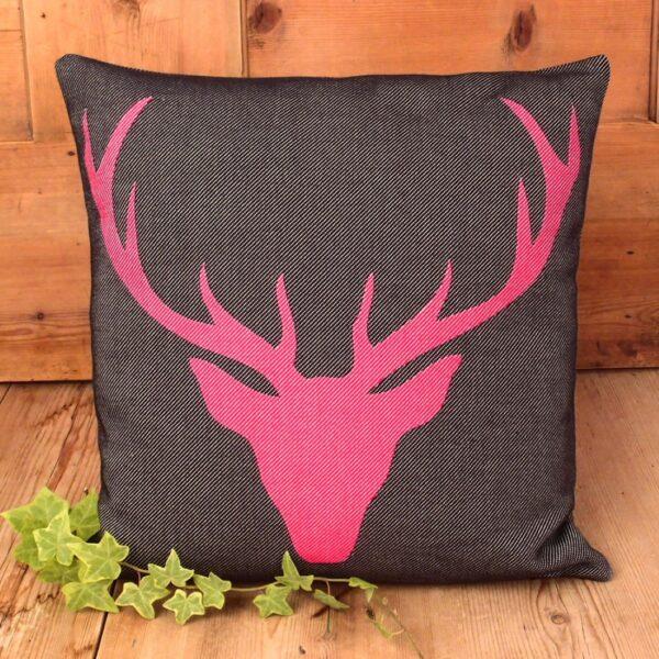 Federa cuscino fantasia testa di cervo, cervo fucsia sfondo nero, in cotone tessuto jacquard, moderno in stile tirolese, alpine style