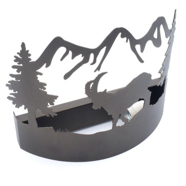 Applique - lampda in ferro battuto, con camoscio, stile alpino
