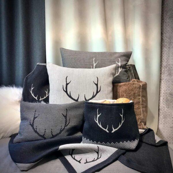 """Collezione """"CORGN"""" , corna di cervo, stile tirolese montagna, Lana Merino e cotone, colore nero e bianco"""
